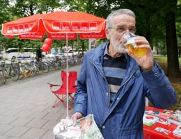 Wolfgang Püschel genießt sein Bier an der Eisbachwelle | Bundestagswahlkampf 2017