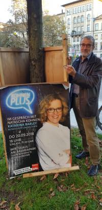 Wolfgang Püschel repariert ein Plakat von Natascha Kohnen | Landtagswahlkampf 2018
